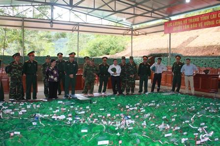 Thiếu tướng Phùng Sỹ Tấn, Tư lệnh Quân khu 2 cùng các đồng chí lãnh đạo tỉnh kiểm tra hệ thống sa bàn tại khu căn cứ giả định