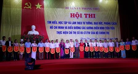 Các đồng chí lãnh đạo Huyện tặng cờ lưu niệm cho các đoàn tham gia Hội thi