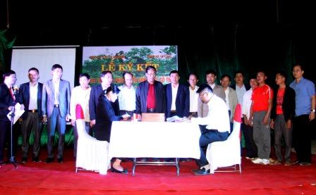 Lãnh đạo Công ty CPĐTPT chè Tam Đường ký kết lãnh đạo xã Tả Lèng về khai thác và phát triển vùng chè cổ thụ