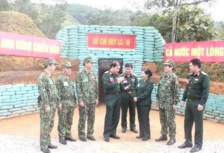 Thủ trưởng Bộ Tư lệnh Quân khu và lãnh đạo tỉnh trao đổi kinh nghiệm công tác quân sự, quốc phòng