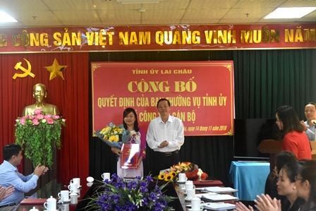 Đồng chí Vũ Văn Hoàn - Phó Bí thư TT Tỉnh ủy, Chủ tịch HĐND tỉnh trao quyết định cho đồng chí Khoàng Thị Thanh Nga
