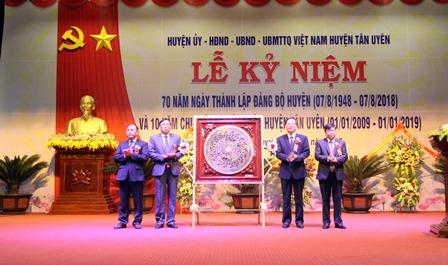 Đồng chí Vũ Văn Hoàn - Phó Bí thư Thường trực Tỉnh ủy, Chủ tịch HĐND tỉnh tặng trống đồng Đông Sơn cho Đảng bộ, chính quyền và Nhân dân huyện Tân Uyên