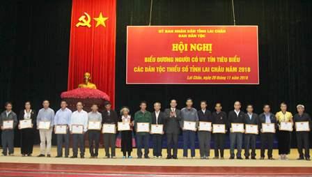Đồng chí Trần Hữu Chí, TUV Trưởng Ban Dân tộc tỉnh trao Giấy khen cho người có uy tín có thành tích tiêu biểu