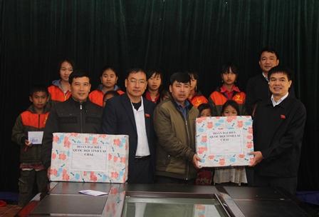 Đoàn đại biểu Quốc hội tỉnh tặng quà cho các em học sinh trường PTDTBT THCS xã Pa Vệ Sủ