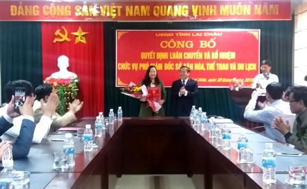 Đồng chí Tống Thanh Hải - Ủy viên Ban Thường vụ  Tỉnh ủy, Phó Chủ tịch Thường trực UBND tỉnh trao Quyết định và tặng hoa chúc mừng tân Phó Giám đốc Sở VHTTDL