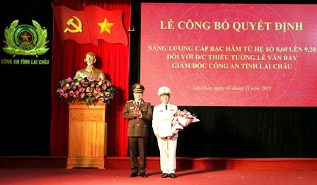 Thượng tướng Nguyễn Văn Thành - Ủy viên BCH Trung ương Đảng, Thứ trưởng Bộ Công an trao quyết định cho Thiếu tướng  Lê Văn Bảy
