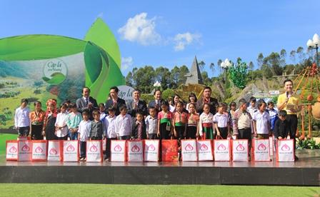 Các đại biểu tặng quà cho 45 em nhỏ có hoàn cảnh đặc biệt khó khăn trên địa bàn tỉnh