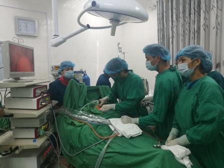 Đoàn công tác của Bệnh viện E tiến hành mổ và chuyển giao kỹ thuật cho các bác sỹ Trung tâm y tế huyện Than Uyên