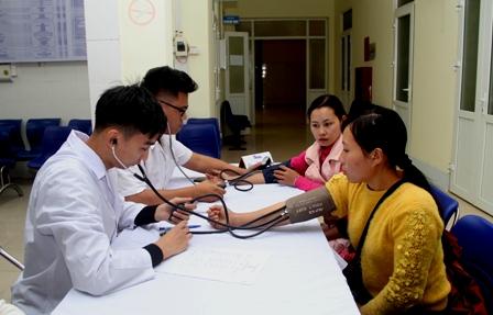 Các bác sỹ tham gia khám bệnh cho Nhân dân huyện Mường Tè