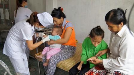 Cán bộ y tế của Trung tâm Y tế huyện Nậm Nhùn khám bệnh cho trẻ em dưới 6 tuổi