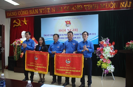 Lãnh đạo Tỉnh đoàn trao cờ thi đua xuất sắc trong công tác Đoàn và phong trào Thanh thiếu nhi năm 2018.