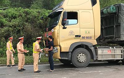 Yêu cẩu các đơn vị vận tải tuân thủ quy tắc giao thông, phòng ngừa tai nạn đường đèo dốc, đường ngang, đường thủy nội địa