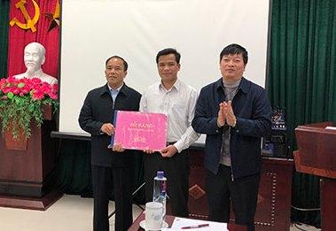 Lãnh đạo Trường Chính trị tỉnh bàn giao Sổ vàng cho lãnh đạo Văn phòng Tỉnh ủy thường trực thi đua Khối năm 2019
