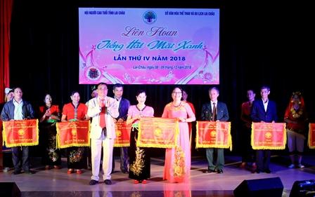 Đồng chí Lê Xuân Phùng - Chủ tịch Hội NCT tỉnh trao giải Nhất toàn đoàn cho Hội NCT thành phố Lai Châu