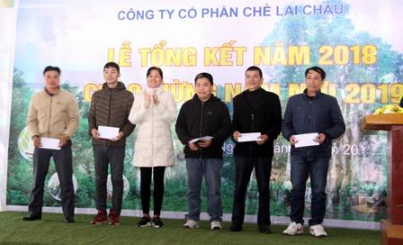 Đồng chí Nguyễn Thị Loan - Chủ tịch Hội đồng Quản trị, Giám đốc Công ty Cổ phần chè Lai Châu tặng giấy khen cho các cá nhân đạt danh hiệu chiến sỹ thi đua cấp cơ sở