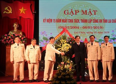 Đồng chí Đỗ Ngọc An, Chủ tịch UBND tỉnh tặng lẵng hoa chúc mừng Công an Lai Châu nhân kỷ niệm 15 năm thành lập