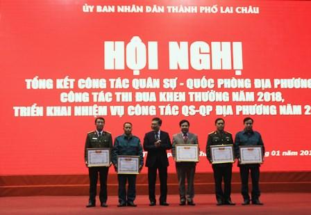 Đ/c Lương Chiến Công – Phó Bí thư, Chủ tịch UBND Thành phố tặng Giấy khen cho các tập thể có thành tích xuất sắc trong công tác quân sự, quốc phòng địa phương năm 2018.