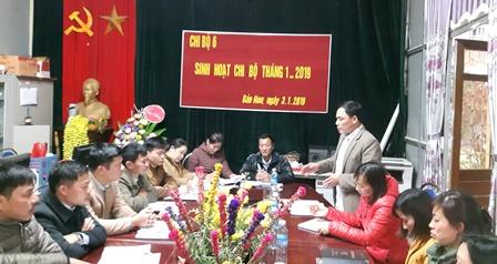 Đồng chí Lò Văn Phà, Bí thư Đảng ủy xã Bản Hon (người đứng) dự và phát biểu rút kinh nghiệm buổi sinh hoạt thường kỳ tại Chi bộ 6 (Chi bộ trường Tiểu học)