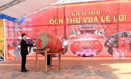 Đồng chí Hoàng Quốc Khánh - Phó Bí thư Thường trực Thành ủy đánh trống khai hội Đền thờ Vua Lê Lợi.