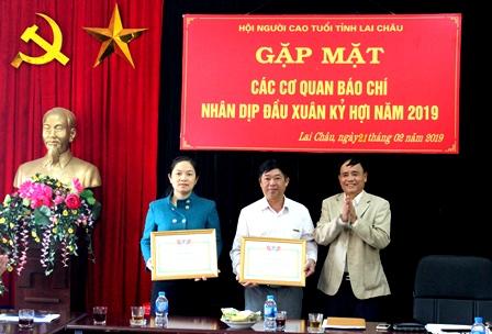 Đồng chí Lê Xuân Phùng Chủ tịch Hội NCT tỉnh tặng Giấy khen cho các tập thể