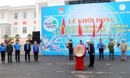 Đ/c Chu Lê Chinh - UVBTVTU, Trưởng Ban Dân vận Tỉnh ủy đánh trống khởi động tháng Thanh niên 2019