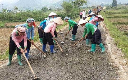 Nhân dân xã San Thàng, TP Lai Châu góp công làm đường giao thông nội đồng