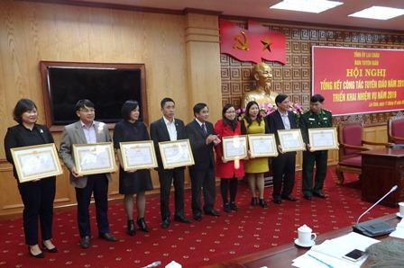 đồng chí Trần Đức Vương - UV BTV, Trưởng ban Tuyên giáo Tỉnh ủy trao giấy khen cho các tập thể hoàn thành xuất sắc nhiệm vụ công tác tuyên giáo năm 2018