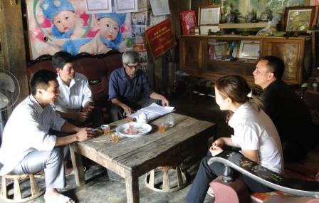 Lãnh đạo bản Phan Lìn, xã San Thàng, thành phố Lai Châu tuyên truyền, vận động người dân phát triển kinh tế