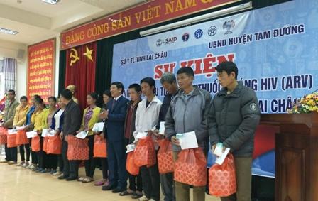 Lãnh đạo Sở Y tế, huyện Tam Đường tặng quà và thuốc ARV cho các bệnh nhân