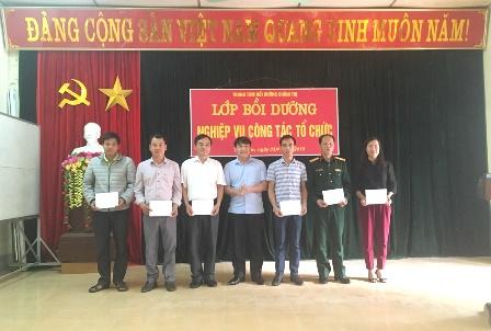 Đ/c Nguyễn Hữu Trung - UVBTVHU, Trưởng Ban Tuyên giáo Huyện ủy, Giám đốc Trung tâm BDCT huyện trao giấy khen cho các học viên có thành tích xuất sắc