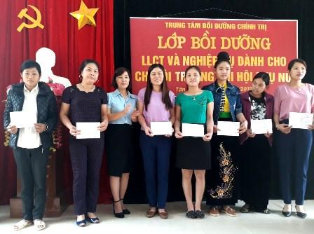 Đ/c Lương Thị Diệp, Huyện ủy viên, Chủ tịch Hội LHPN huyện trao giấy chứng nhận  cho các học viên xuất sắc