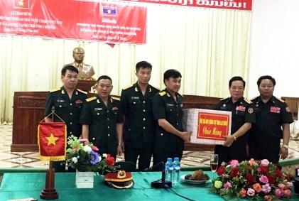 Đoàn công tác Bộ CHQS tỉnh tặng quà CBCS Bộ CHQS tỉnh U - Đôm - Xay