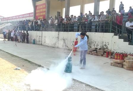 Các học viên thực hành chữa cháy
