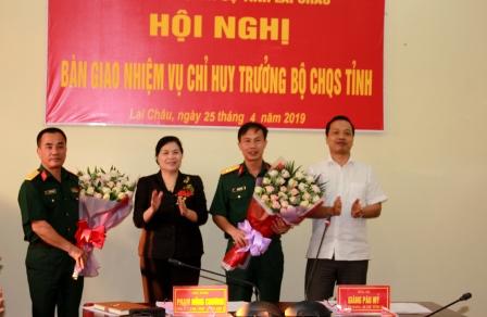 Lãnh đạo tỉnh tặng hoa chúc mừng 2 đồng chí nguyên Chỉ huy trưởng và Chỉ huy trưởng Bộ CHQS tỉnh