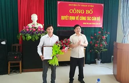 Lãnh đạo huyện ủy Than Uyên trao quyết định cho đồng chí Hà Văn Vui