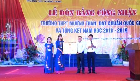Đồng chí Đinh Trung Tuấn - Tỉnh ủy viên, Giám đốc Sở Giáo dục và Đào tạo trao Bằng công nhận Đạt chuẩn Quốc gia cho Trường THPT Mường Than