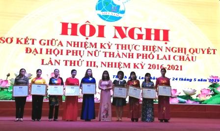Đ/c Nguyễn Lệ Thủy – Chủ tịch Hội LHPN Thành phố trao Giấy khen cho các tập thể có thành tích xuất sắc.