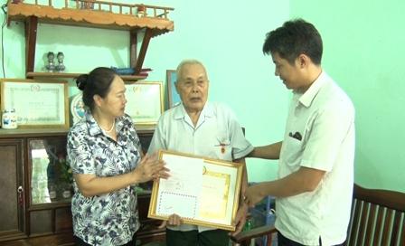 đồng chí Lê Thị Kim Ngân - Phó Bí thư Thường trực huyện ủy, Chủ tịch HĐND huyện trao huy hiệu Đảng cho đảng viên