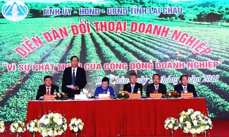 Các đồng chí lãnh đạo tỉnh, lãnh đạo Phòng TM&CN Việt Nam chủ trì diễn đàn đối thoại doanh nghiệp tỉnh Lai Châu năm 2019.