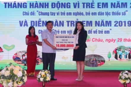 Đồng chí Giàng A Tính - UV BTV Tỉnh ủy, Phó Chủ tịch UBND tiếp nhận tiền ủng hộ của các doanh nghiệp cho Quỹ Bảo trợ trẻ em của tỉnh