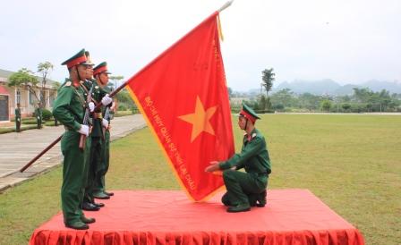 Chiến sĩ mới thực hiện nghi lễ tuyên thệ trước Quân kỳ Quyết thắng
