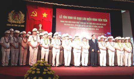 Đồng chí Vũ Văn Hoàn, Phó Bí thư TT Tỉnh ủy, Chủ tịch HĐND tỉnh trao thưởng các điển hình, tiêu biểu Công an tỉnh học tập và làm theo tư tưởng, đạo đức, phong cách Hồ Chí Minh