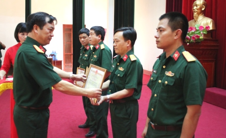 Đồng chí Đại tá Trương Minh Đức, Phó Bí thư Thường trực Đảng ủy, Chính ủy Bộ CHQS tỉnh tặng Giấy khen cho các tập thể có thành tích xuất sắc