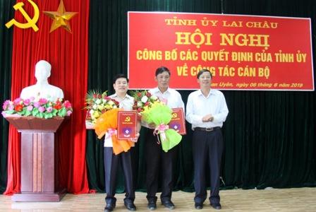 Đồng chí Vũ Văn Hoàn - Phó Bí thư Thường trực Tỉnh ủy, Chủ tịch HĐND tỉnh trao các Quyết định, tặng hoa cho các đồng chí Nguyễn Ngọc Dũng và Hoàng Hữu An