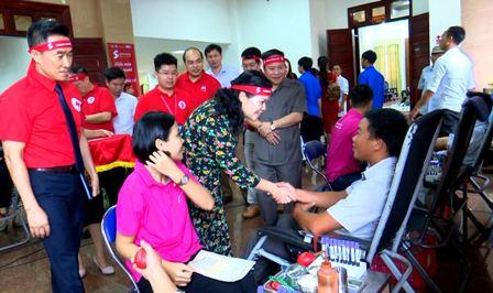 Đồng chí Giàng Páo Mỷ - Uỷ viên BCH Trung ương Đảng, Bí thư Tỉnh uỷ, Trưởng Đoàn đại biểu Quốc hội tỉnh thăm, động viên các tình nguyện viên hiến máu