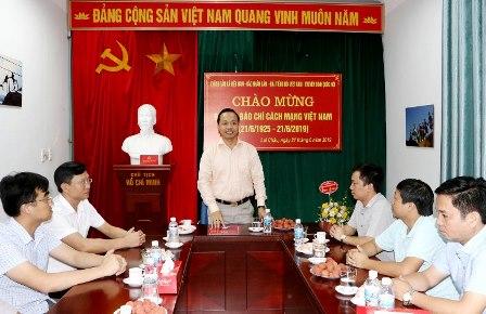 Chủ tịch UBND tỉnh Trần Tiến Dũng chúc mừng các cơ quan báo chí Trung ương thường trú tại tỉnh.