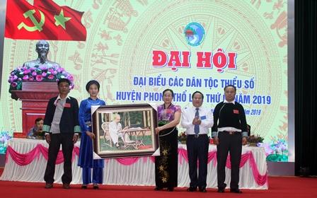 Đồng chí Tống Thanh Hải – UVBTV Tỉnh ủy, Phó Chủ tịch Thường trực UBND tỉnh chúc mừng thành công Đại hội.
