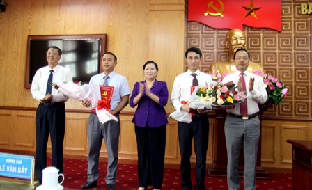 Các đồng chí Thường trực Tỉnh ủy tặng hoa chúc mừng các đồng chí được chỉ định làm Ủy viên Ủy viên Ban Chấp hành Đảng bộ tỉnh Lai Châu khóa XIII, nhiệm kỳ 2015-2020.