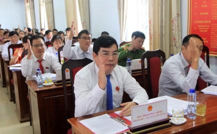 Đại biểu biểu quyết thông qua các Nghị quyết của kỳ họp