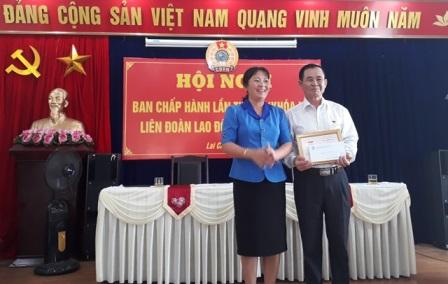 Đồng chí Vũ Ngọc Sang, Bí thư Đảng ủy, Giám đốc Công ty cổ phần trà Than Uyên nhận Bằng lao động sáng tạo của Tổng Liên đoàn lao động Việt Nam